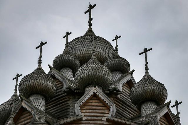 Domes of the Church of the Intercession, suburban Saint Petersburg, Russia サンクトペテルブルク郊外、木造建築のポクロフスキー聖堂の玉ネギドーム