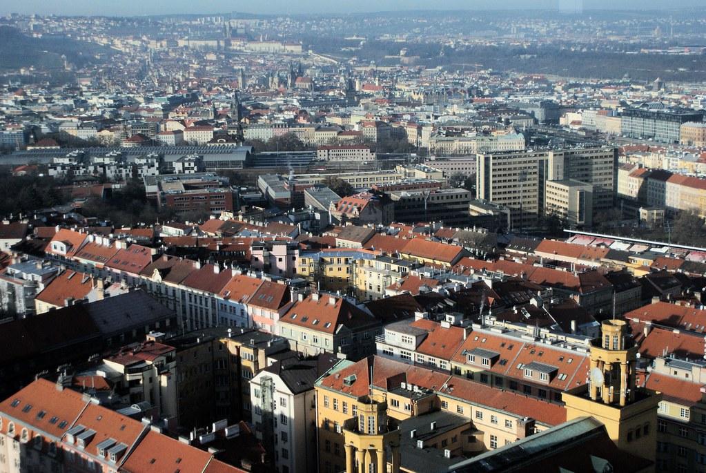 Vue de Prague avec la Vieille Ville et Mala Strana en face. On devine la barre horizontale blanche du chateau.