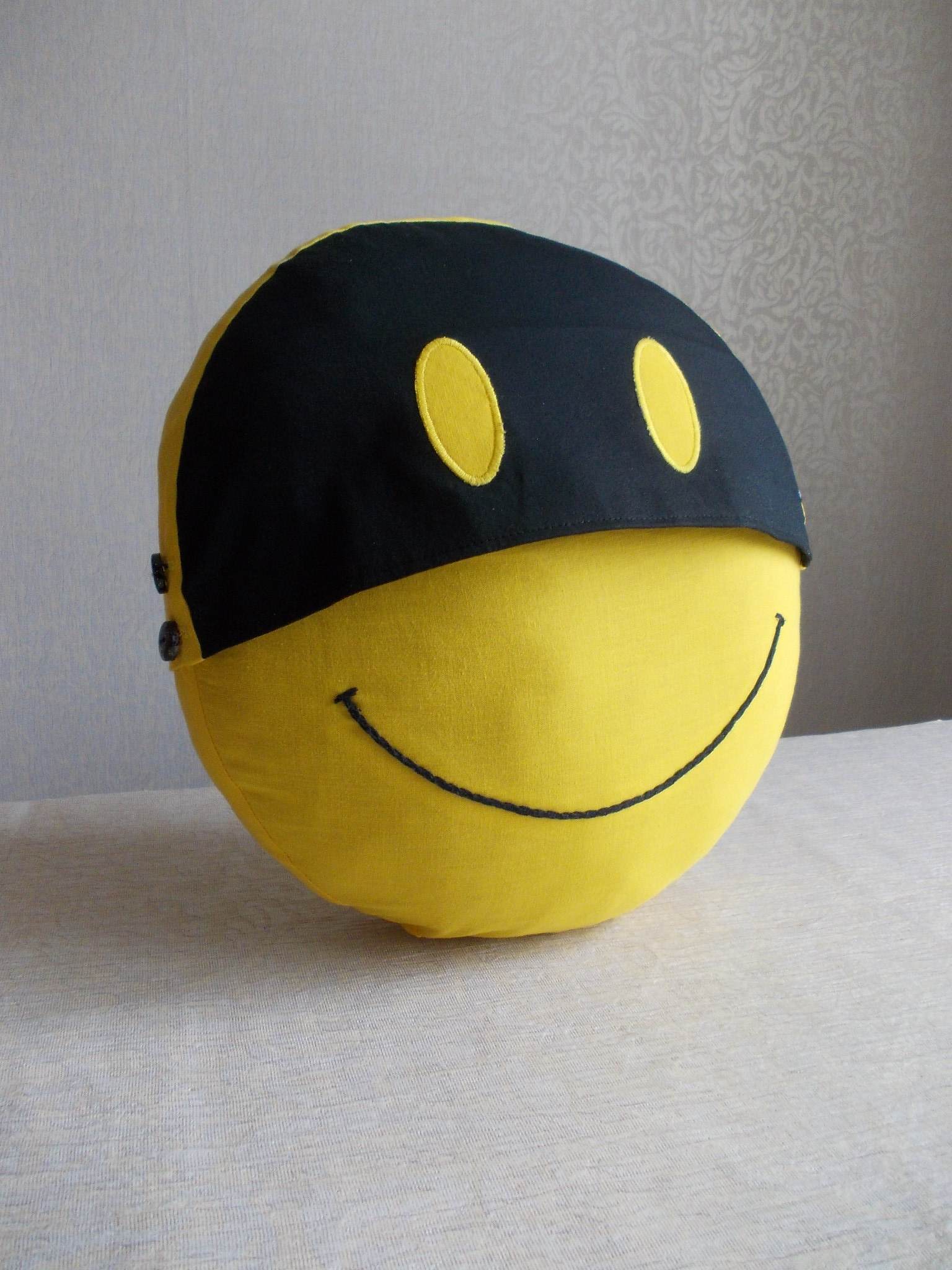 Smiley face cotton yellow round pillow cover, double sided smiley cotton pillow case with insert pillow 63