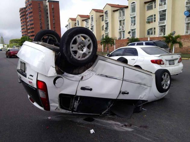 Volca vehículo en la Avenida Las Américas de Puerto Ordaz