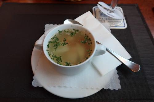 Klare Fischsuppe im Restaurant Fischerhaus am St.Pauli Fischmarkt in Hamburg
