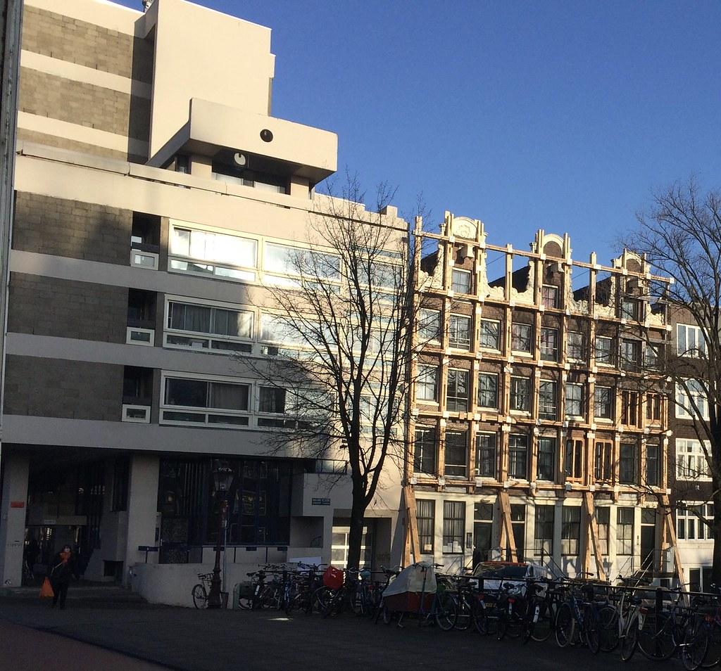 Bonus: Nieuwe Keizersgracht, hoek Weesperstraat. Als ik het me goed  herinner, zijn (waren?) dit ook studentenkamers of -woningen, net als het  beroemde ...