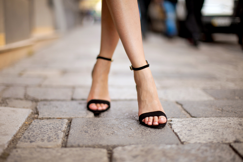blackstrappy-sandals-outfit-street-style