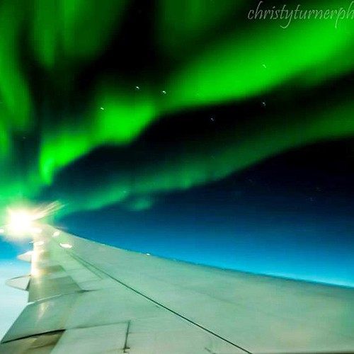 One of the shots I got from the plane on my way to Paris during a spectacular aurora borealis in-flight show #alberta #aurorachaser #albertaaurorachasers #allnatureshots #beautiful #fly #canada #cangeo #calgary #canadarocks #christyturnerphotography #huff