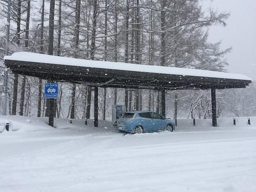 秋田自動車道 錦秋湖SA(上り)で急速充電中の日産リーフ