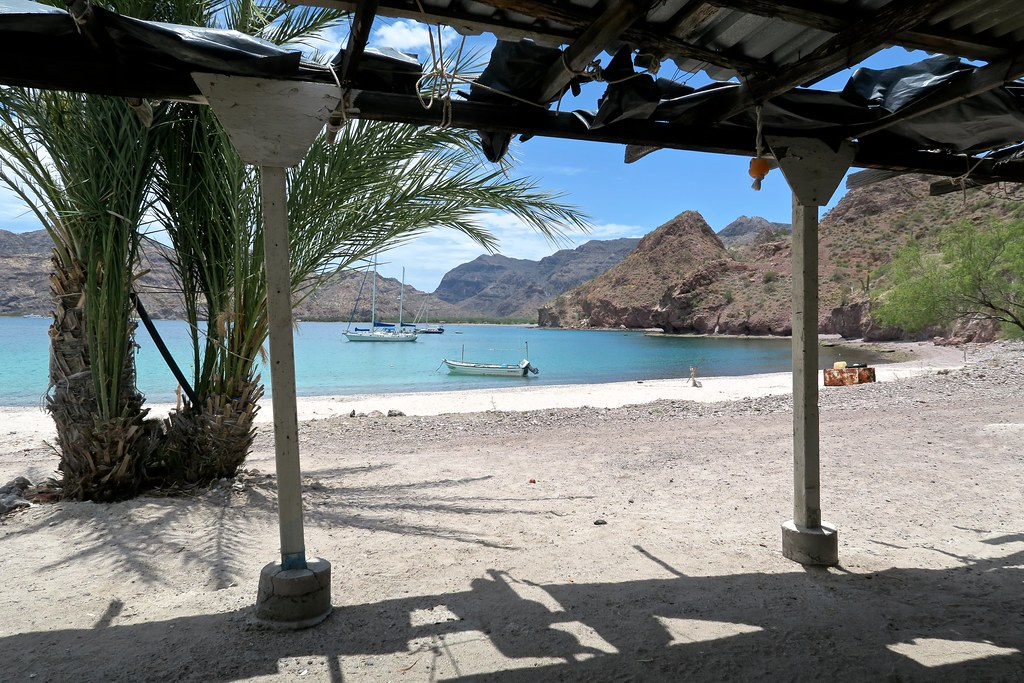 Vista des de la terrasseta de Don Pedro, que fa 20 anys que viu a la platja, retirat.
