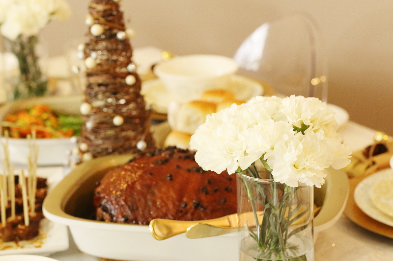 preparing-holiday-tablescape-setting-4