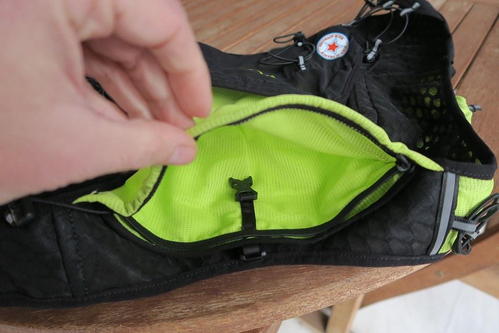 Η εξωτερική πάνω τσέπη ασφαλίζει με ελαστικό κορδονάκι για πιο εύκολο χειρισμό με το ένα χέρι