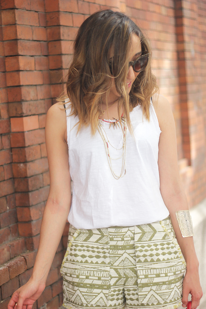 printed shorts zara white shirt summer outfit03