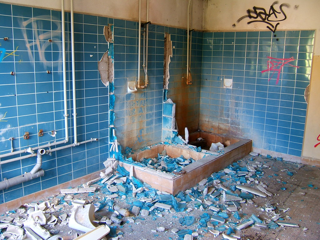Broken bathroom salle de bain kind of impressiv in - Salle de bain briquette ...