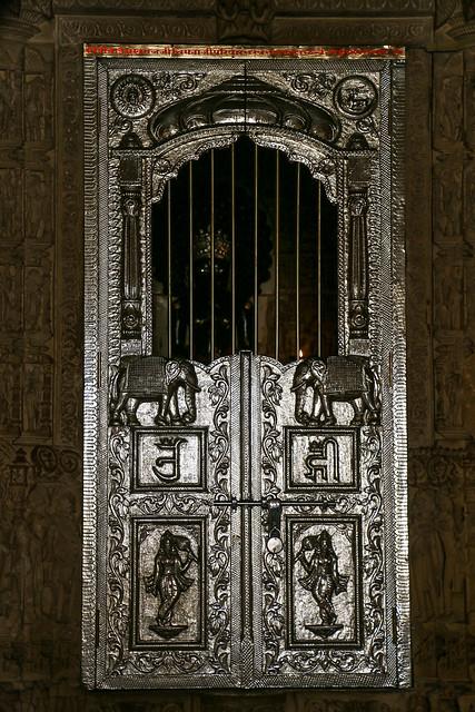 Gorgeous silver door of Lodurva Jain temple, Jaisalmer, India ジャイサルメール ロアーバのジャイナ教寺院内のゴージャスなドア
