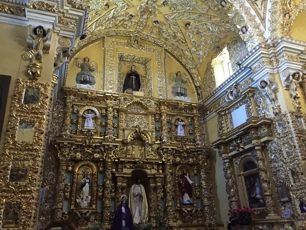 Interior del templo de San Francisco Acatepec.