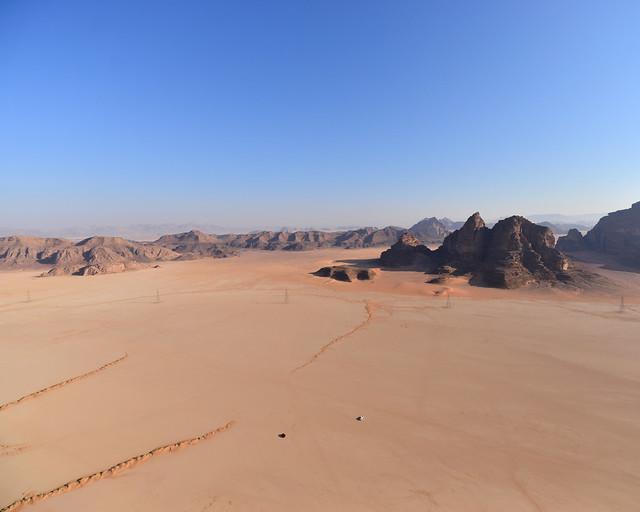 Nuestro coches en mitad de Wadi Rum como dos hormiguitas