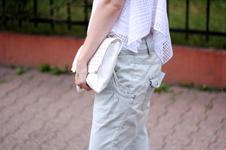 outfit-details-spitze-top-weiß-jeans-weit-clutch-hundm-zara-armband-andotherstories