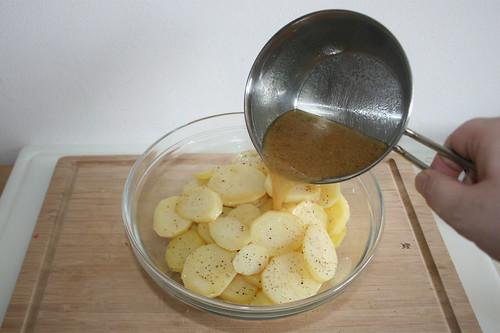 28 - Heiße Fleischbrühe über Kartoffeln geben / put hot meat broth over potatoes