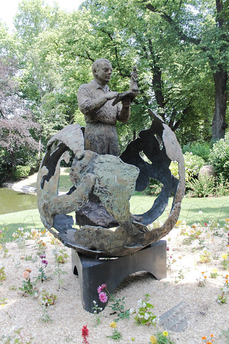 Saint exupery statue de saint exupery au jardin royal de for Jardin royal toulouse
