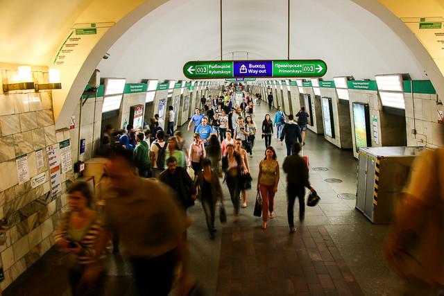Hall of Gostiny Dvor metro station, Saint Petersburg, Russia サンクトペテルブルク、地下鉄ゴスチーヌィ・ドヴォール駅