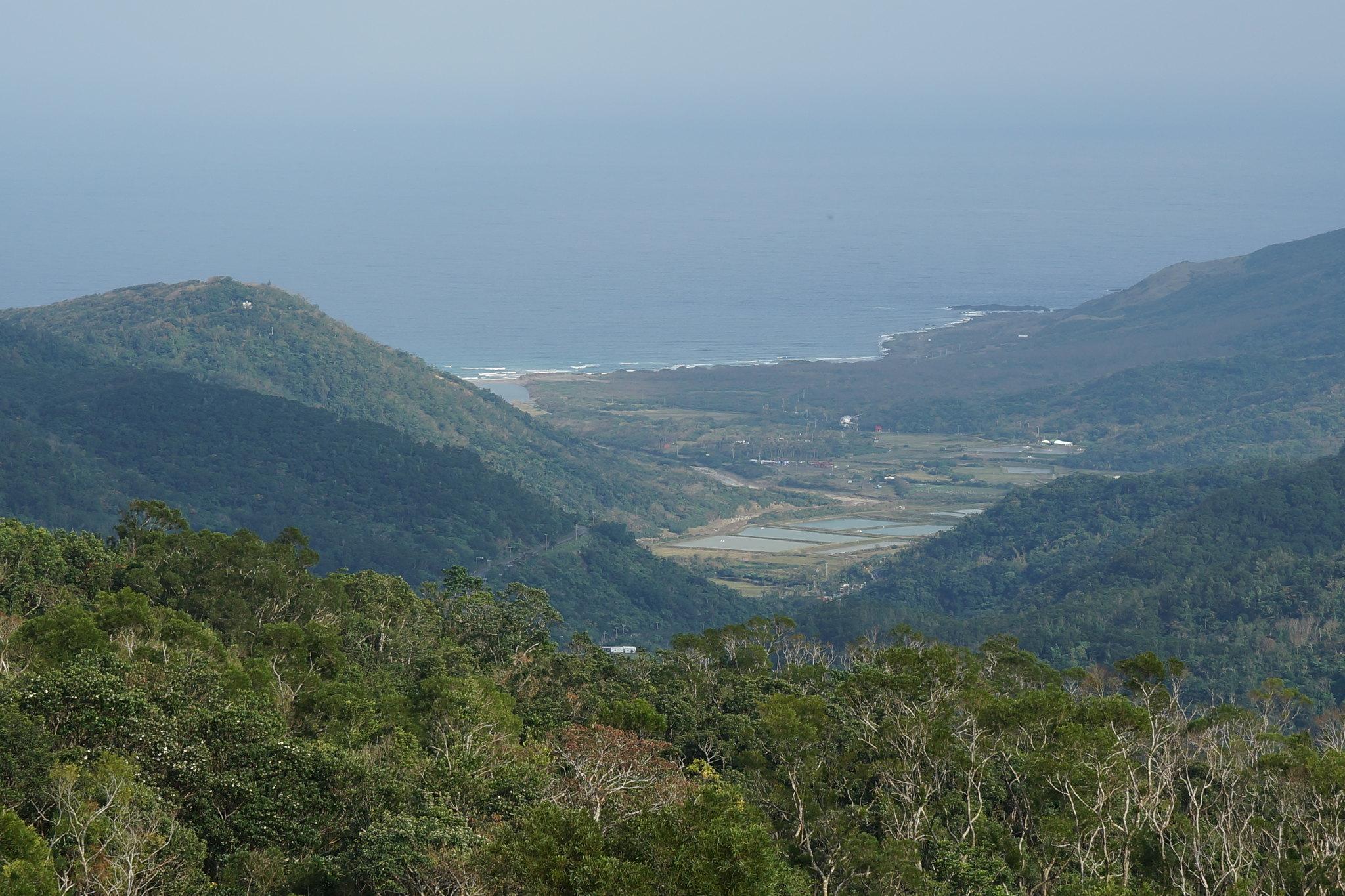 從野牡丹神社公園望出去的景色,遠方的海岸線即是八瑤灣。(攝影:王顥中)