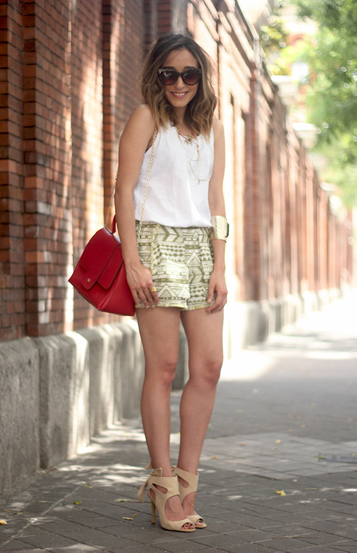 printed shorts zara white shirt summer outfit22