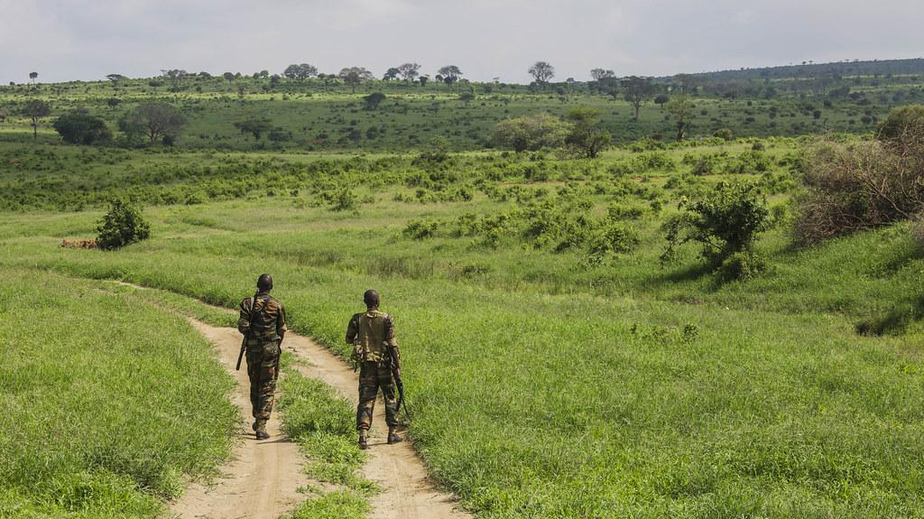 肯亞國家公園的巡護員。Ninara(CC BY 2.0)