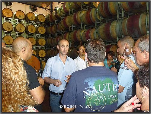 ייננן רקנאטי עידו לוינסון מסביר בחדר החביות על יינות הספיישל רזרב