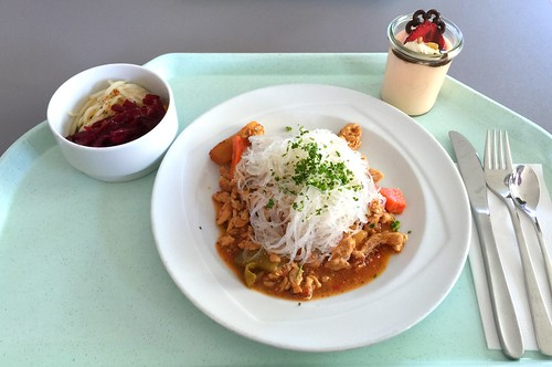Turkey in chili sugo with chinese glas noodles / Truthahnspitzen in Chilisugo mit chinesischen Glasnudeln