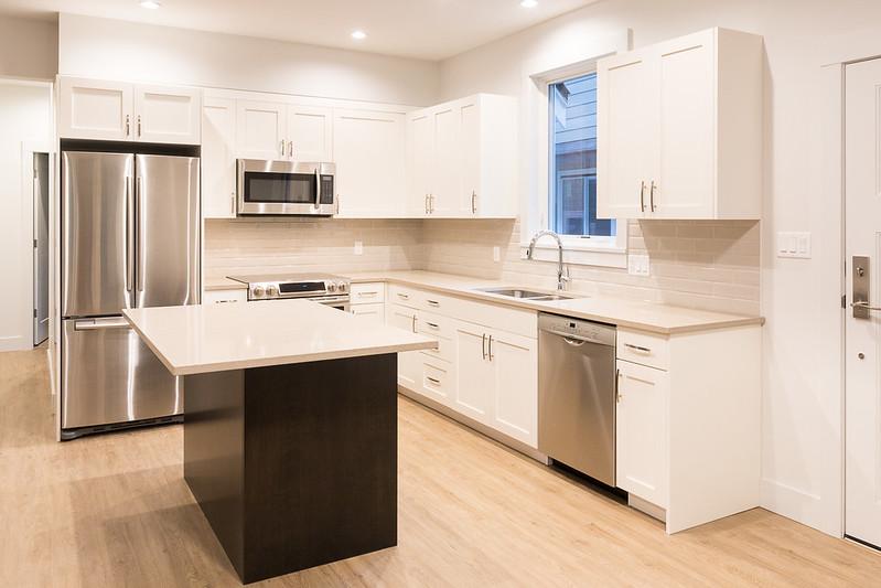 Tủ bếp gọn gàng giúp không gian sống trong ngôi nhà trở nên rộng rãi hơn.