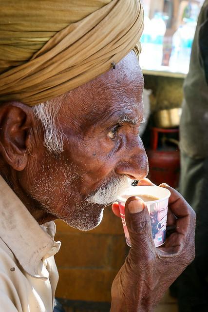 A turbaned man sipping his tea, Jaisalmer, India ジャイサルメール チャイをすするターバン姿のおじいさん