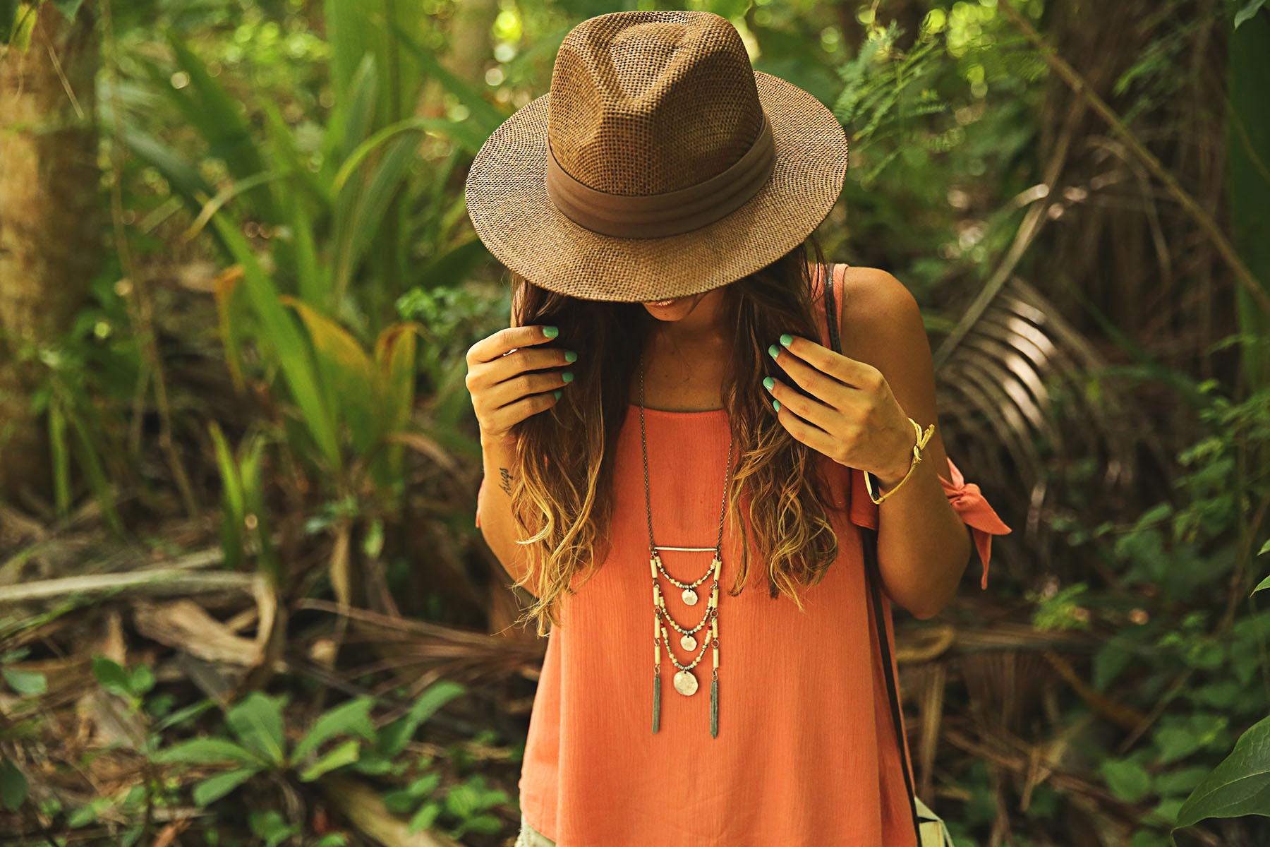 trendy-taste-look-outfit-street-style-ootd-blog-blogger-fashion-spain-moda-españa-boho-hippie-verano-birkenstock-bavaro-barcelo-khaki-caqui-shorts-sombrero-top-2