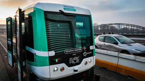 У Парижі з'явилися безпілотні автобуси