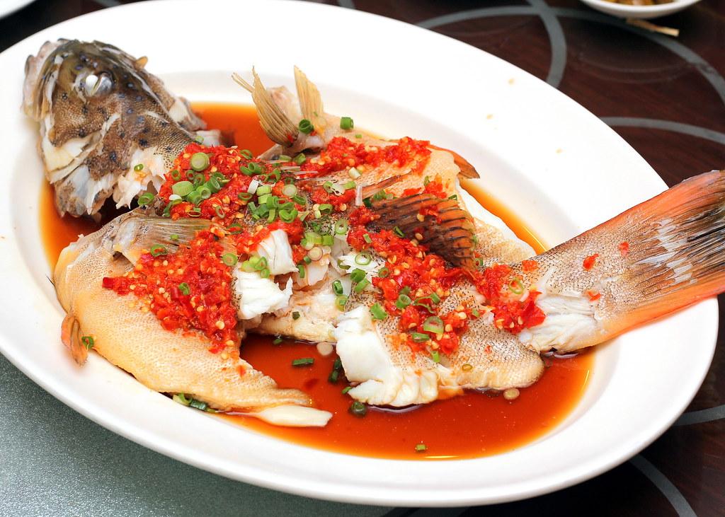 四川宫廷用发酵剁碎的辣椒蒸红石斑鱼