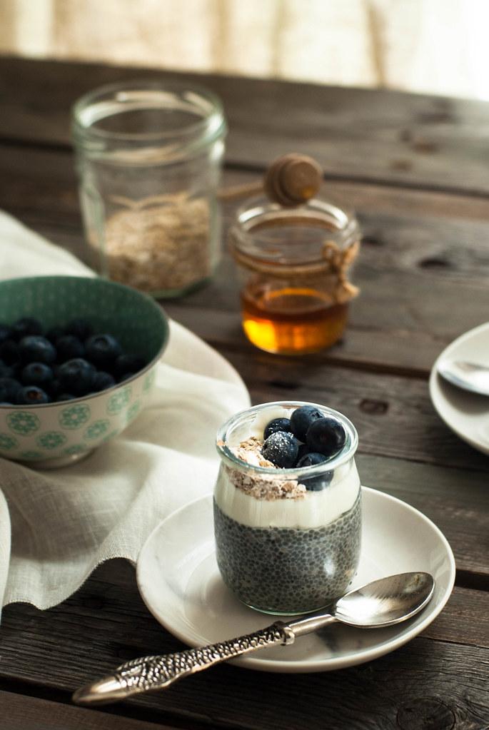 Pudding de semillas de chía con yogur griego y arándanos
