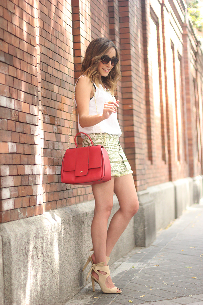 printed shorts zara white shirt summer outfit24