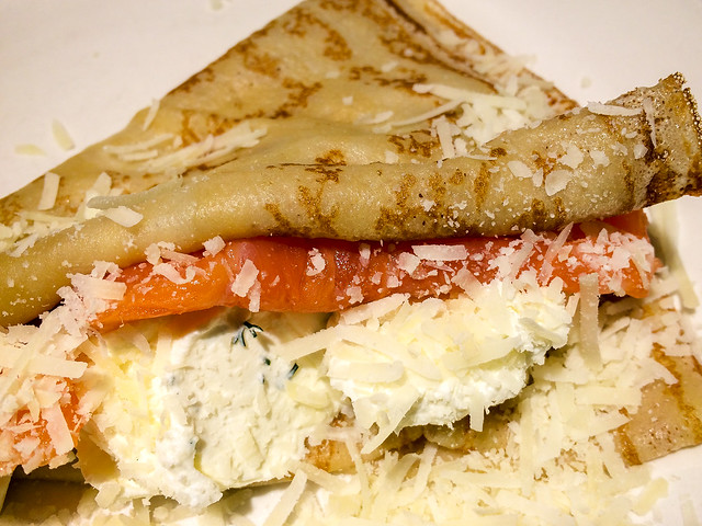 Blini (Russian pancake) with salmon and cheese, Saint Petersburg, Russia サンクトペテルブルク、サーモンとチーズのブリヌイ