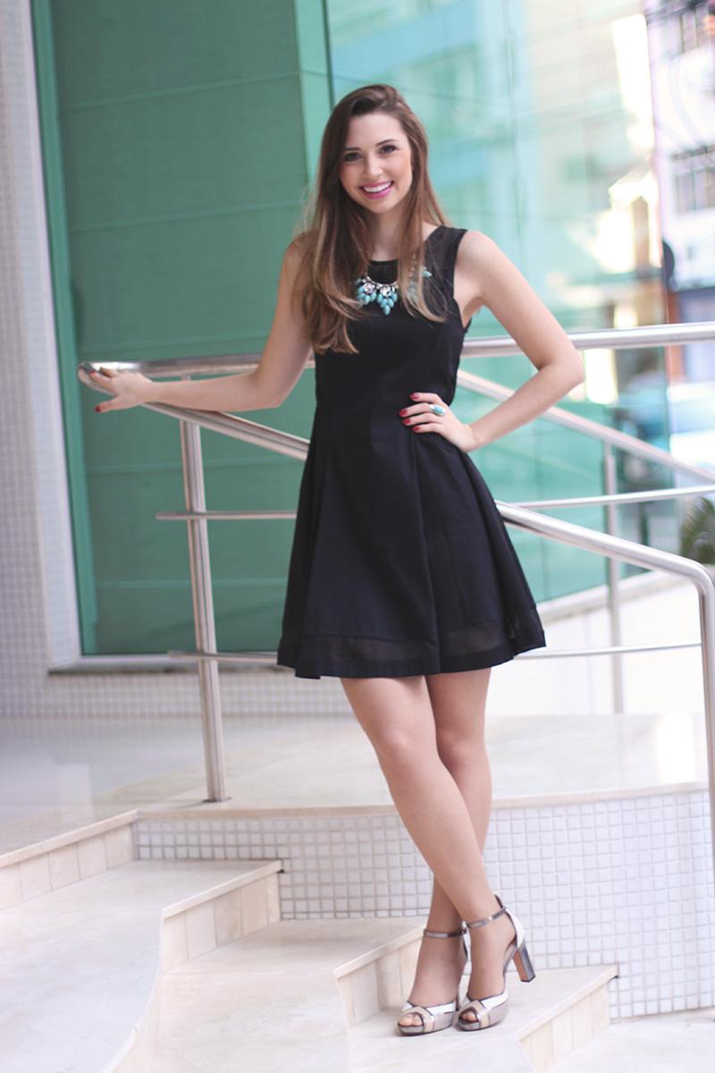 8-vestido preto com colar turquesa look do dia jana taffarel