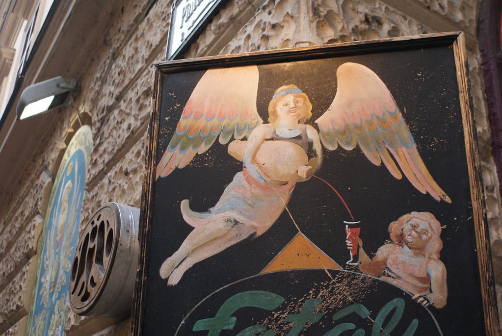 Un ange et un peu de vin.