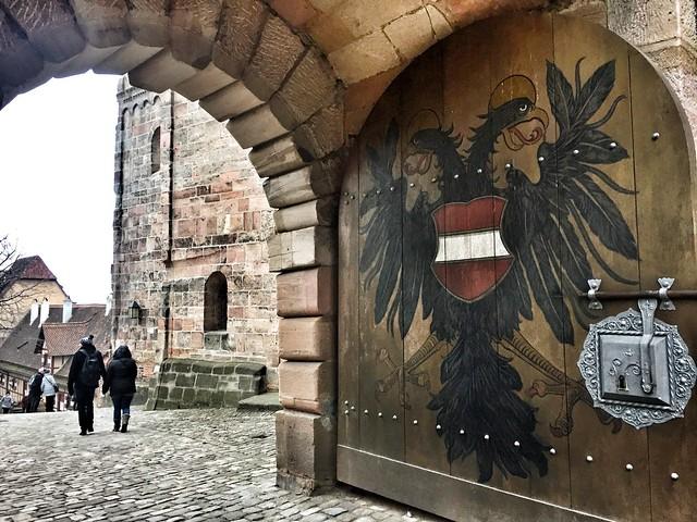 Águila bicéfala en la puerta del castillo imperial de Núremberg (Baviera, Alemania)