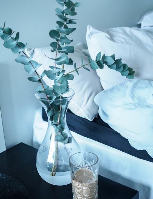 P1281748.jpgCoffeeInBedEucalyptusCozyHomeDecor,P1281744.jpgLetsStayInBedMacbookCoffeeEucalyptus,LetsStayInBedHomeVibesMacEucalyptus-1281738.jpg, home, koti, interior, decor, sisustaminen, kodin sisustus, pellavalakanat, harmaa, gray, bed, sänky, koti, home, interior, inspiration, home interior, kodin sisustus, sheets, eucalyptus, coffee, kahvi, hobstar, macbook, laptop, kannettava, maljakko, kukat, flowers, home vibes, vase, eucalyptus branches, light gray, vaaleanharmaa, cozy home, kotoisa koti, hm, linen sheets,