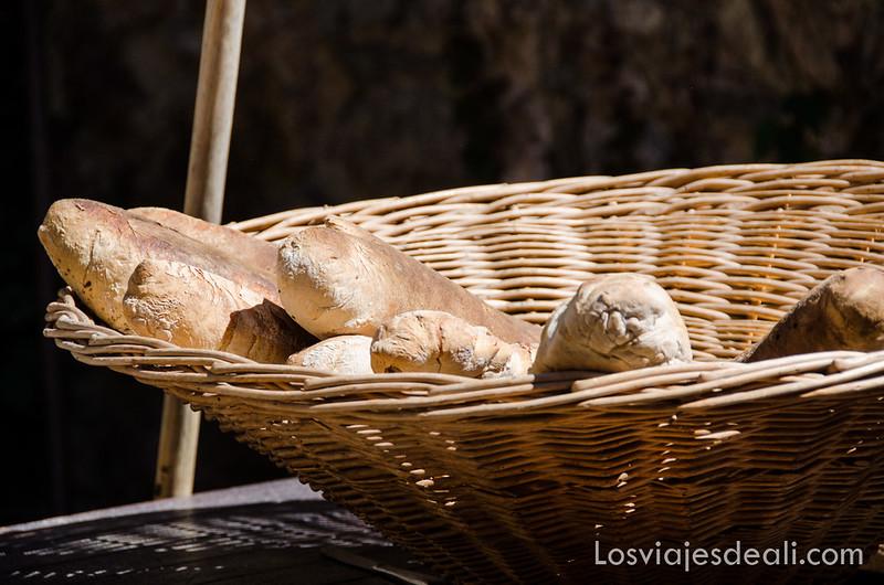 pueblos del macizo del Canigó pan recién hecho
