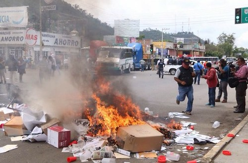 Irrumpe la CNTE en el PRI de Oaxaca y causa incendios