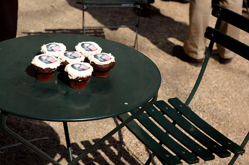Photo cupcakes in Bryant Park | by @superamit