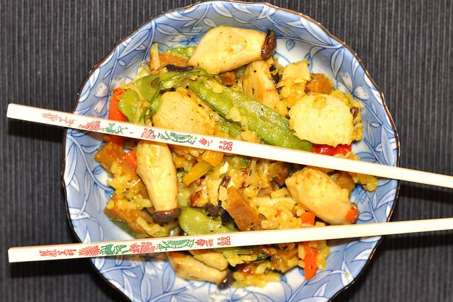 Chinesisch / asiatisch angehaucht: Gebratener Reis mit Saitan, Gemüse und Pilzen ... bunt, vegetarisch, vegan, lecker ... Foto: Brigitte Stolle
