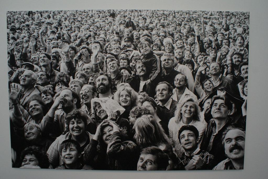 Havel salue la foule à Prague lors de sa 2e investiture présidentielle.