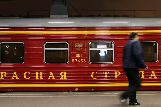 Red Arrow sleeper train at Moskovsky railway station, Saint Petersburg, Russia サンクトペテルブルク、モスクワ駅から出発前の赤い矢号(レッドアロー号)