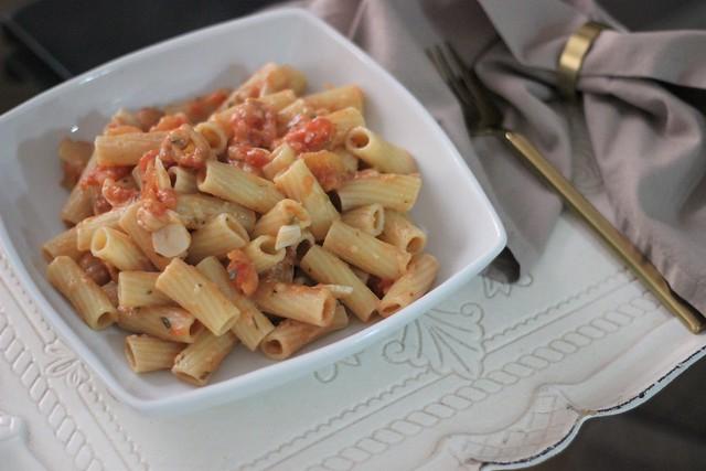 Pasta con tomate, ajo y anchoas_ Rojo Valentino Blog (5)