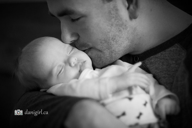 Daddy kissing baby by Ottawa photographer Danielle Donders