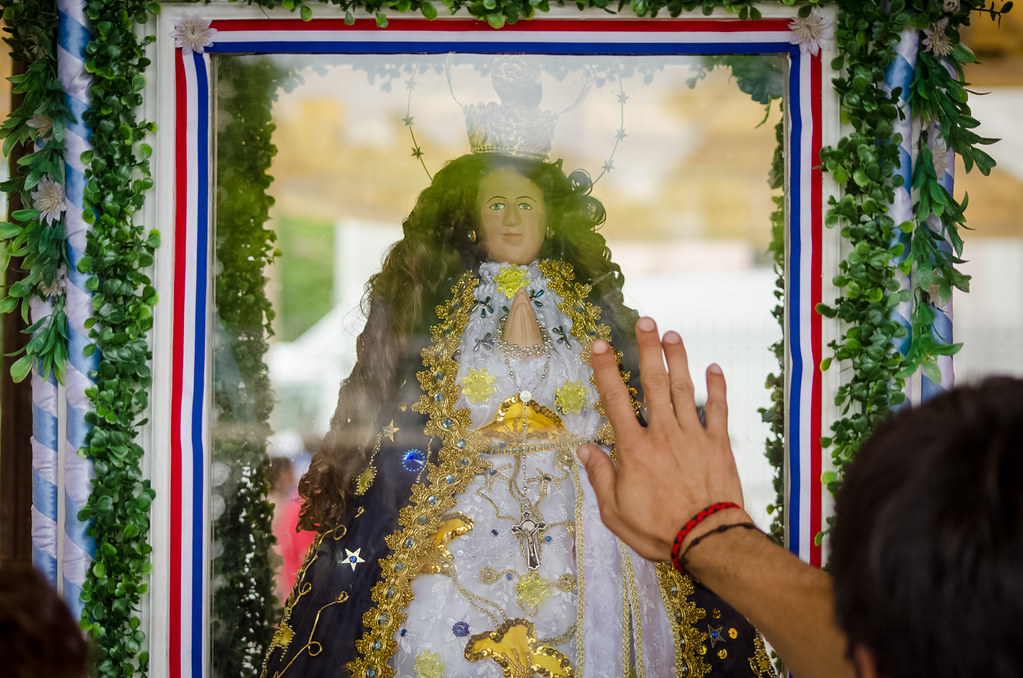 Seguidores de la Virgen de Caacupé rezan frente a su imagen en la explanada de la basílica, durante las misas previas a la noche del 7 y 8 de Diciembre. (Elton Núñez).