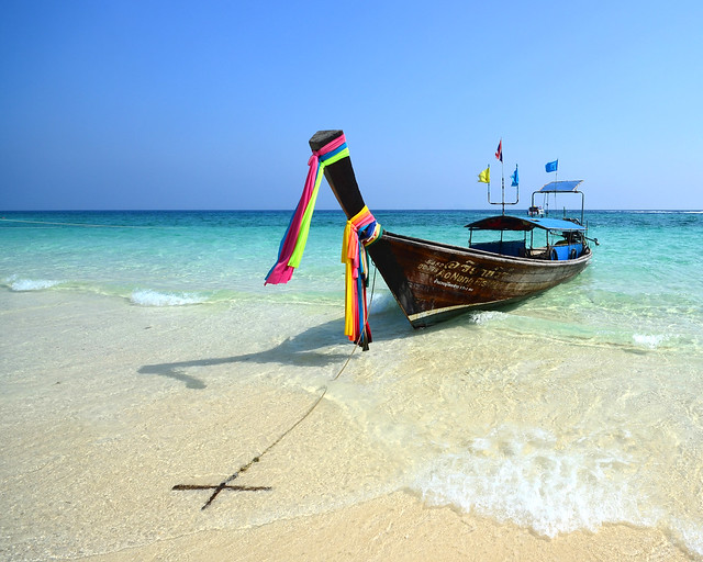 Nuestra barca, anclada en la orilla de una de las playas más paradisíacas de Tailandia