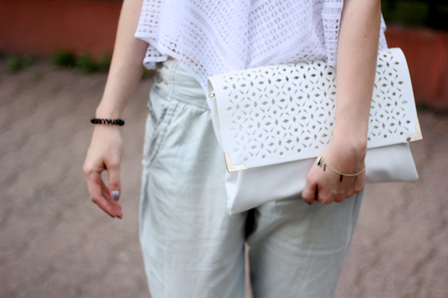 outfit-detail-clutch-laser-gold-armband-bracelet-jeans-top-shirt-oversized-cut-cutejpg