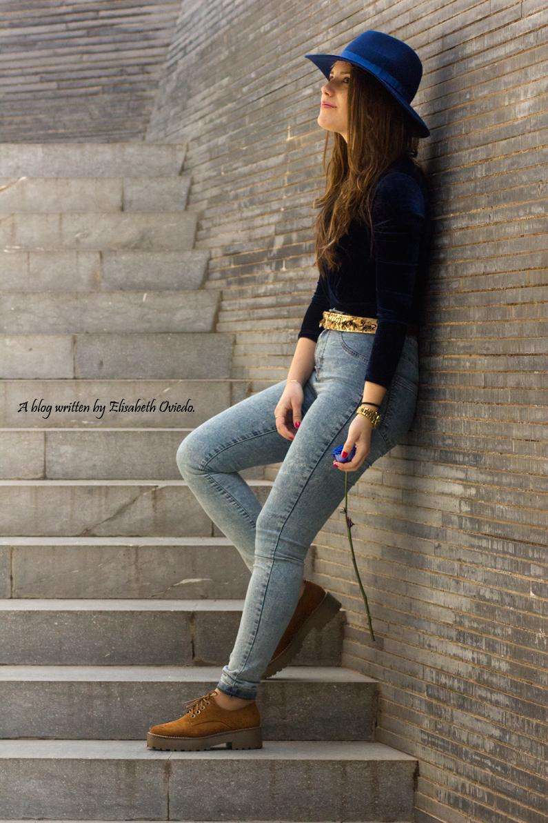 jeans denim HEELSANDROSES Elisabeth Oviedo body terciopelo azul oxfords marrones sombrero azul (2)